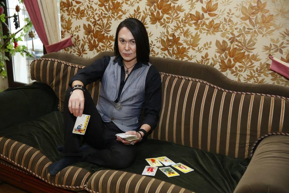 Харизматичного восточного мужчину с длинными волосами знали многие - несколько лет назад он постоянно мелькал по ТВ.