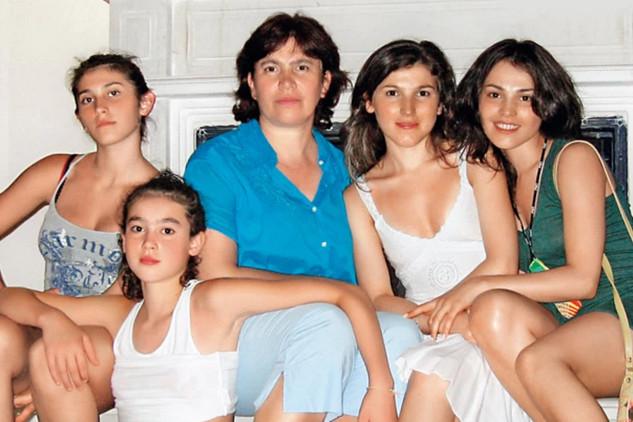 Забота о сестрах научила Сати самостоятельности и ответственности