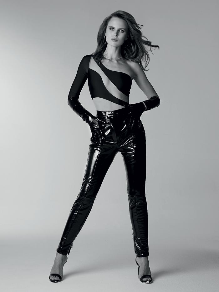 Боди, mesh-n-flesh; брюки, Balmain; босоножки и перчатки, все – Saint Laurent; колье, серьги и браслеты из коллекции Classic, все – Mercury